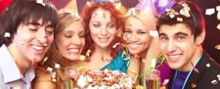 Шампанское и фруктоваявазав подарокименинникам на день рождения.
