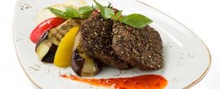 Стейк из говяжьей вырезки с овощами